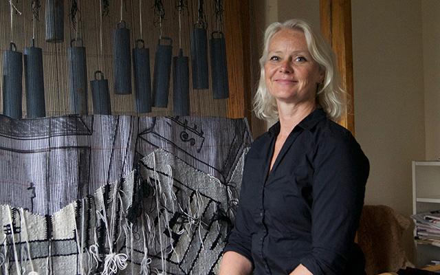 Kristin Sæterdal foran sin vev